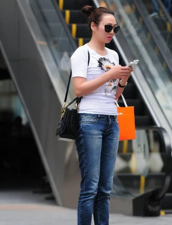 有一种美叫做已婚妈妈,普通的牛仔裤都能穿得这么迷人