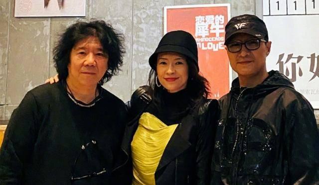 章子怡和汪峰约会看剧,忘开美颜曝光产后真实状态