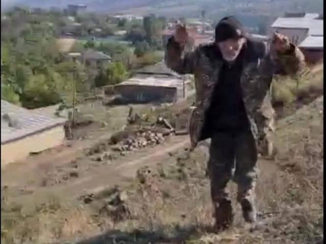 乱枪射杀战俘、斩首,阿塞拜疆军队如此残忍,尽显突厥人嗜血本性