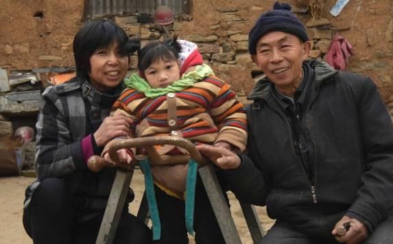 6旬夫妇在乡下捡到一个小女孩,精心伺候着,五年后他们不知所错