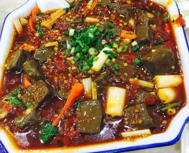 来一份酸辣开胃的酸辣血旺,血旺鲜嫩,色泽诱人,米饭都不够吃