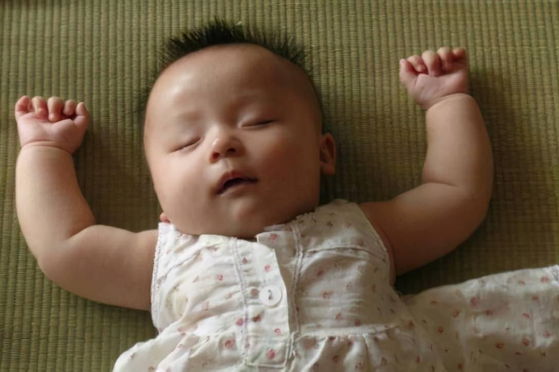 """宝宝钟爱""""投降式""""睡姿,到底是什么毛病?"""