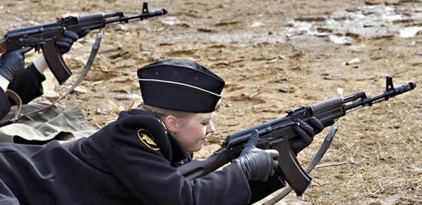 AK-74,前苏联列装的第一种小口径步枪,也是俄学生军训时用的枪