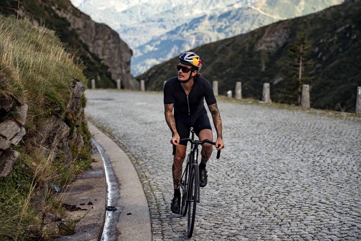 死飞大神完成无刹车挑战 耗时近15小时穿越阿尔卑斯山
