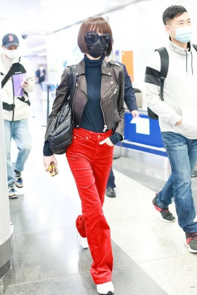 """50岁鲁豫机场太拉风!穿皮衣配大红裤色差强,""""沙漏腰""""太羡慕"""