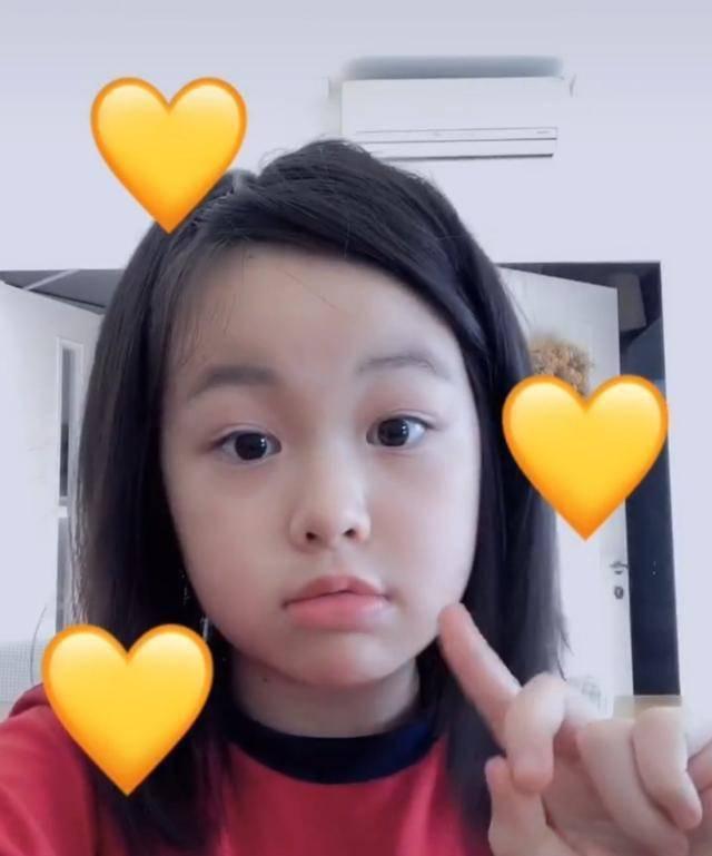 视帝王浩信8岁爱女近照首曝光,长相清纯、可爱,表演欲极强