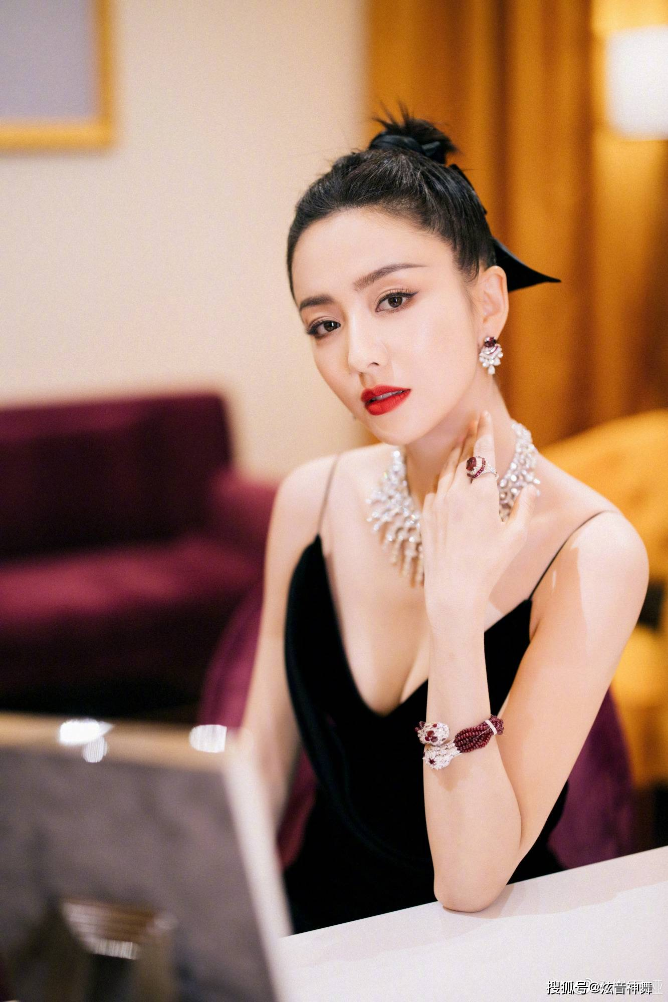 83年女明星精彩盘点,两位丝袜代言人,新疆第一美,香港山鸡嫂