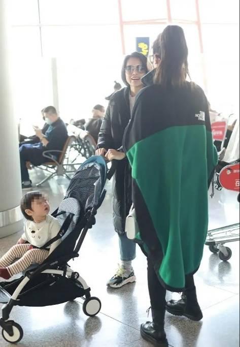胡杏儿稀有走机场!才十月羽绒服下身穿得比儿子还多,小冤家超萌(图3)
