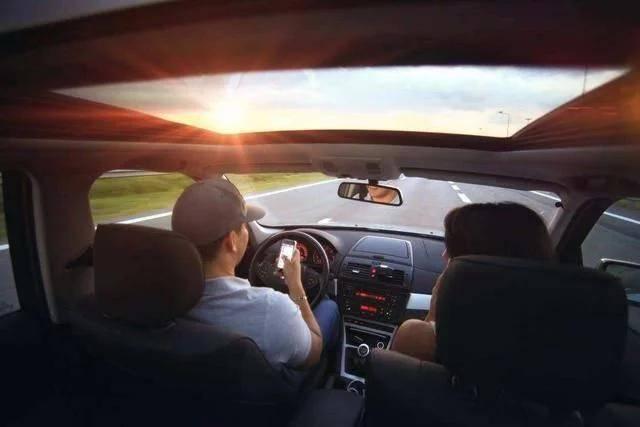 """当你坐别人的车时,最好别说的3句话,字字""""扎心"""",谁说谁尴尬"""