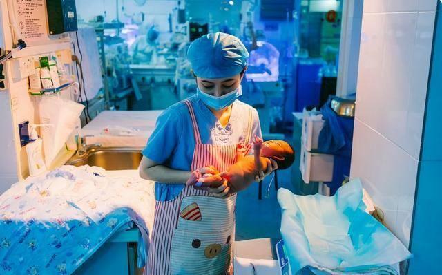 新生儿剪脐带时会疼吗?一出生就哭的真相是这样,妈妈可以放心了