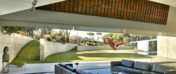 参观C罗一家人住的豪宅,全屋有八个浴室,花园草坪比足球场大
