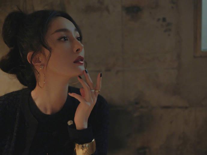 杨幂闪钻唇妆演绎别样的摩登时尚,不愧是行走的时尚icon~
