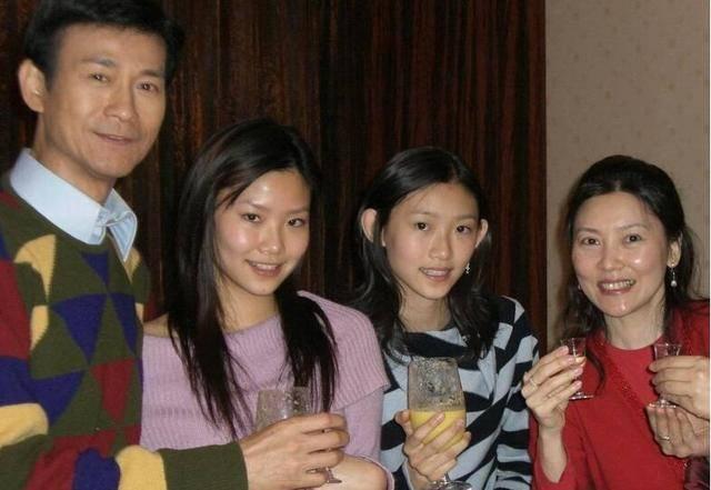 郑欣宜与同父异母妹妹贴脸合影,郑少秋这两个女儿长得挺像的