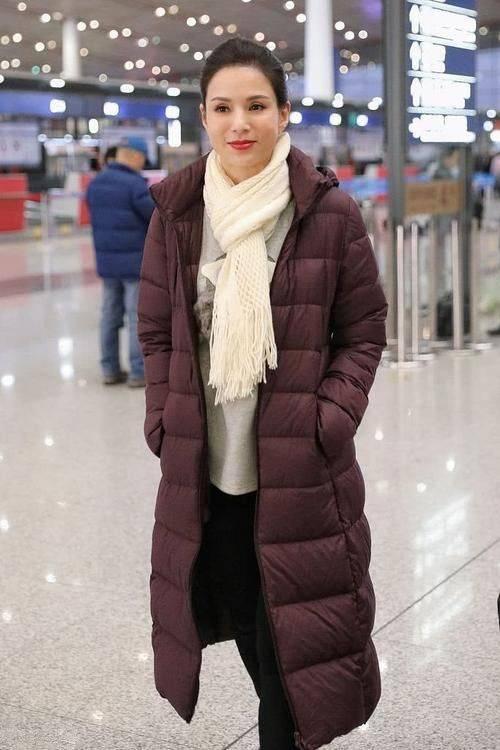 原创             李若彤抢眼造型有点雷人!碎毛外套搭配白色短裙,丑的无法形容