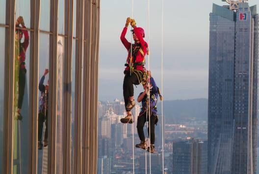 珠澳天际垂直极限挑战赛上演 双塔见证世界纪录诞生
