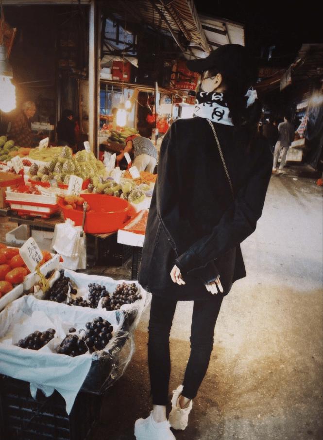 """关晓彤""""遛弯""""晒照接地气,穿一身黑配围巾包裹严实,露脚脖子不怕冷"""
