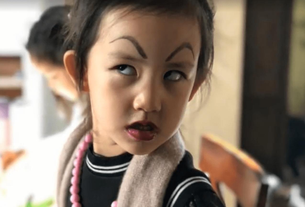 原创             孙莉晒小女儿萌照,妹妹抱怨化妆太累,但下次照化不误古灵精怪