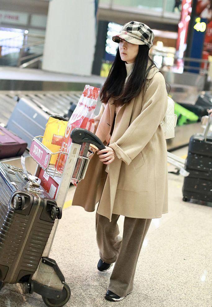 原创             王艳近照很苍老了,看到粉丝拍照嘟嘴不开心,穿的也很随意!
