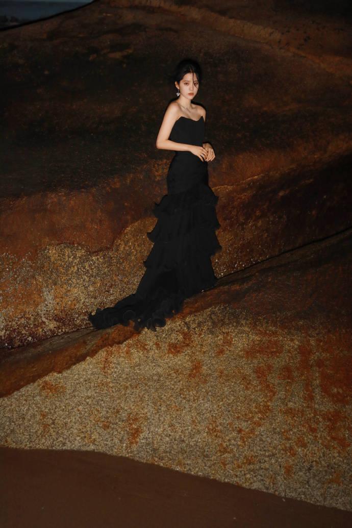 欧阳娜娜越来越机智,穿长裙拍大片无法秀腿,一招完美救场