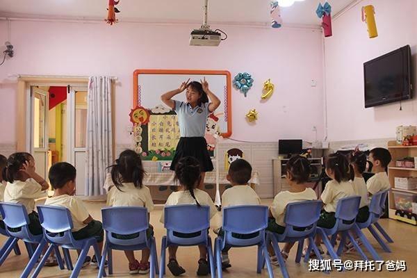 """""""幼儿园不让教,小学又要有基础""""家长哭了,幼小衔接该推给谁?"""