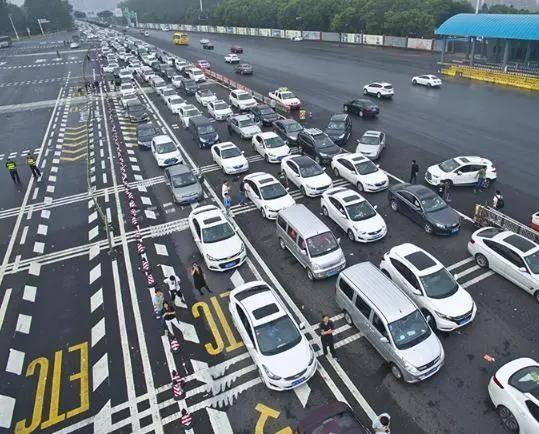 原来奇怪的现象,车主害怕用ETC吗?他们都去了人工通道增加拥堵
