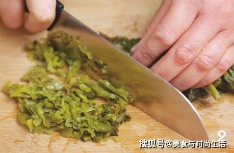 这样做的酸菜鱼头汤,汤汁酸爽,鱼肉鲜嫩,用鱼汤泡饭,多吃几碗