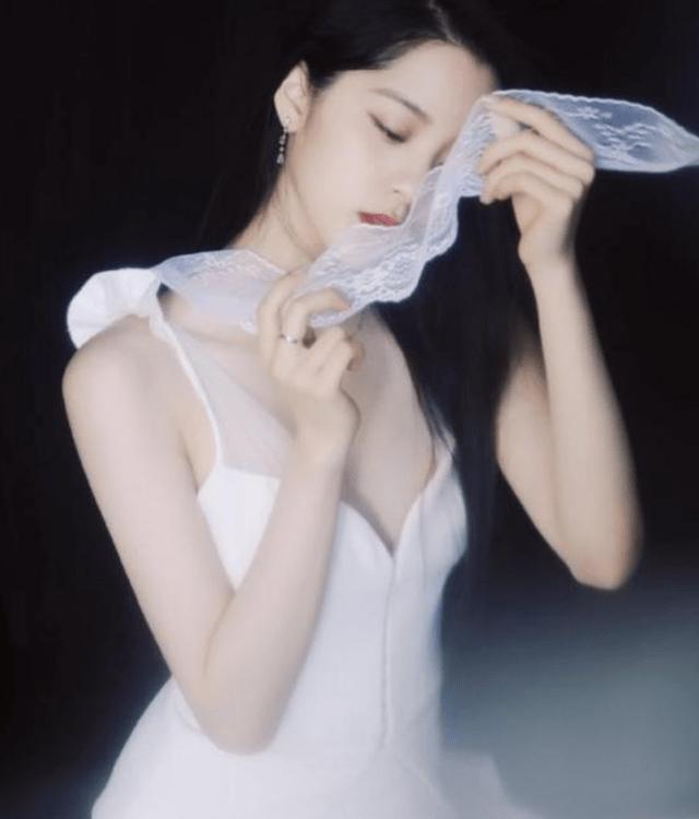 """有种""""强烈反差""""叫欧阳娜娜,当她穿上礼服后,网友:禁欲系女神"""