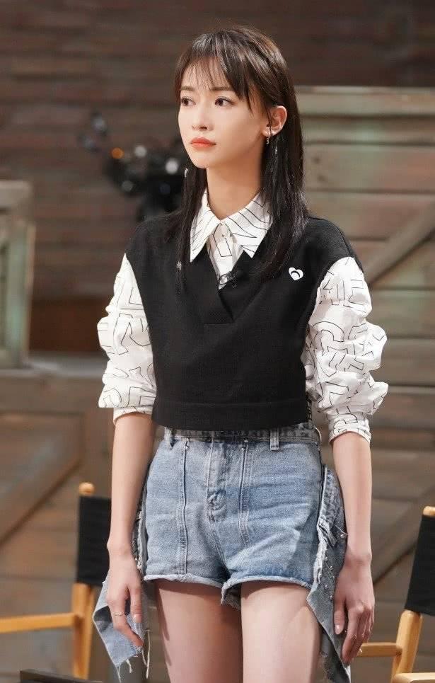 原创             30岁吴谨言时尚表现力超赞,穿仙气花卉装甜美大方,好亮眼