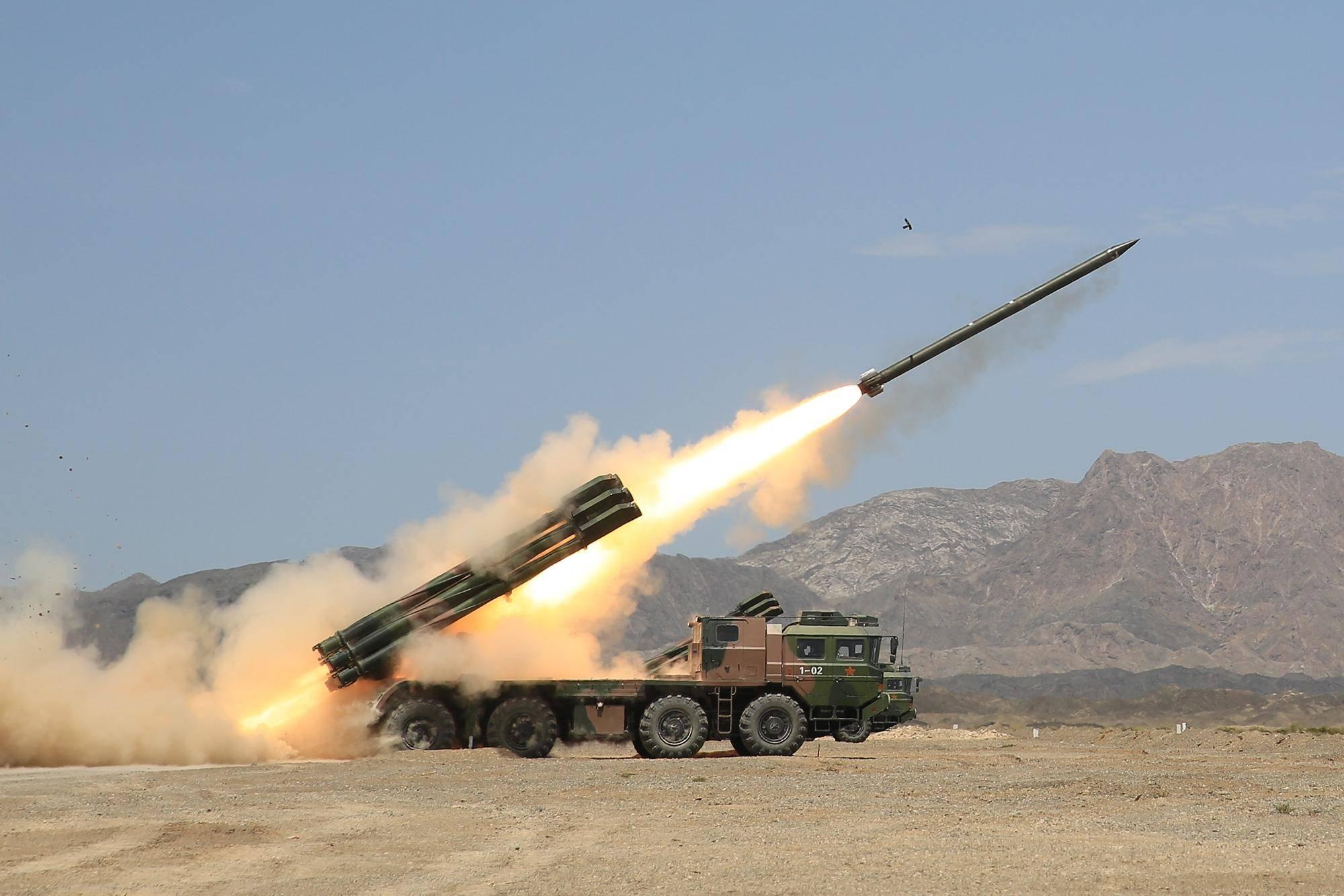 我军新式火箭炮罕见曝光,射程上很有说法,可火力覆盖东南某岛