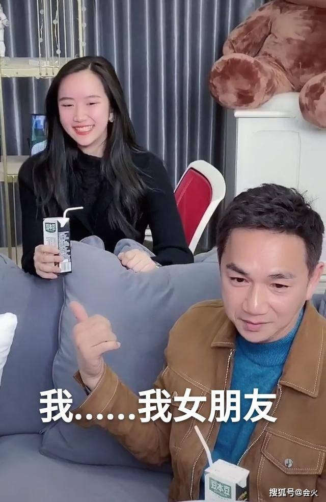 """56岁骆达华不避嫌,公开称女儿为""""女朋友"""",爱女美貌不输明星  第2张"""
