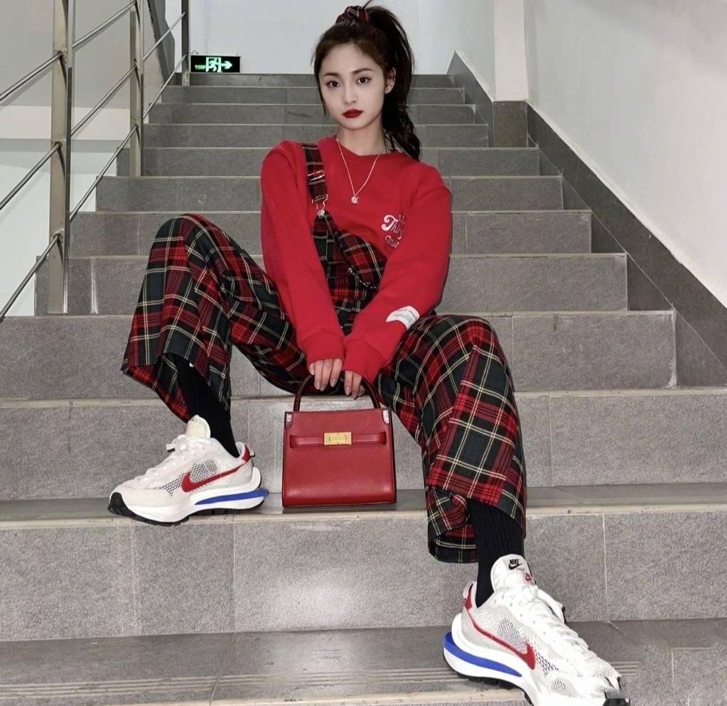 原创             周洁琼太会穿,红色卫衣配格子长裤,尽显青春活力范儿
