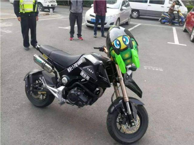 本田撞上摩托欲索赔2000,摩托车主一脸不屑:看完车标再跟我说话
