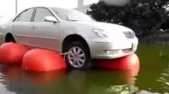 """脑洞新奇的汽车防淹""""新技能""""!车主为了爱车也是拼了"""