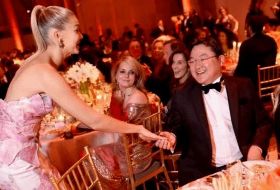 他豪掷千万向萧亚轩求婚 花上亿追求超模 还掏空国库超300亿