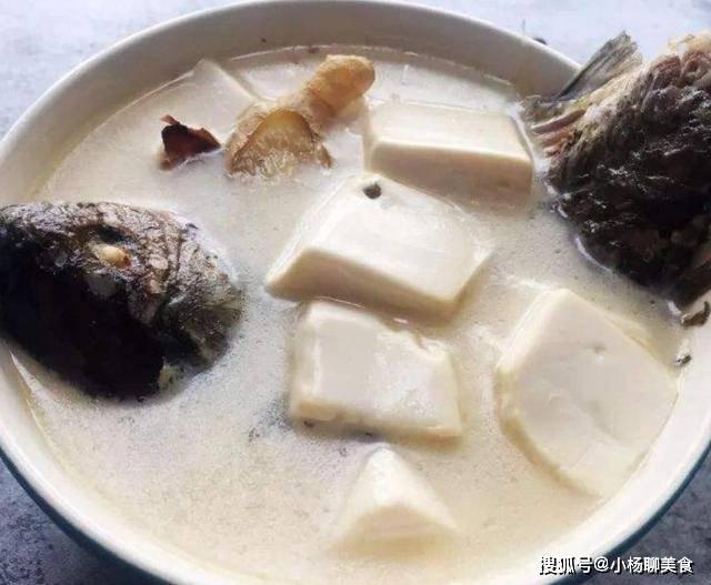 炖鲫鱼汤时,用冷水还是热水?很多人都不知道,难怪汤不白不鲜美