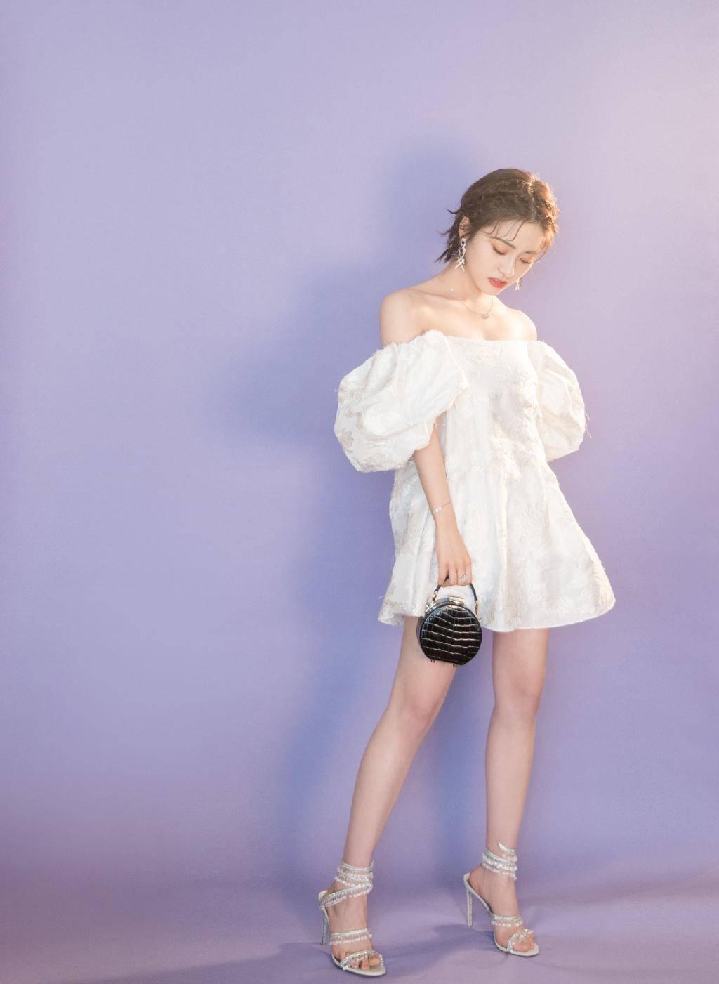 """原创             沈月穿纯白礼裙梦幻浪漫,蓬蓬裙摆泡泡袖,变身高贵""""小公主"""""""