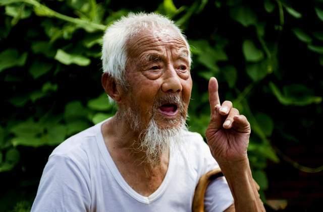 长期吸烟的人也想要长寿?调查发现:吸烟长寿的人普遍有4个特征