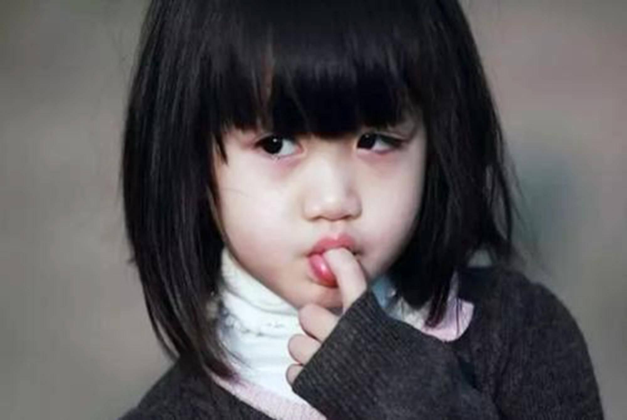 """从小喜欢""""舔手指""""的娃,通常难逃两种""""下场"""",家长别不放心上"""
