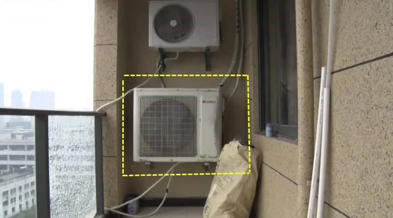 邻居为了增加使用面积,砸了空调机位扩入室内,外机只能挂阳台了!