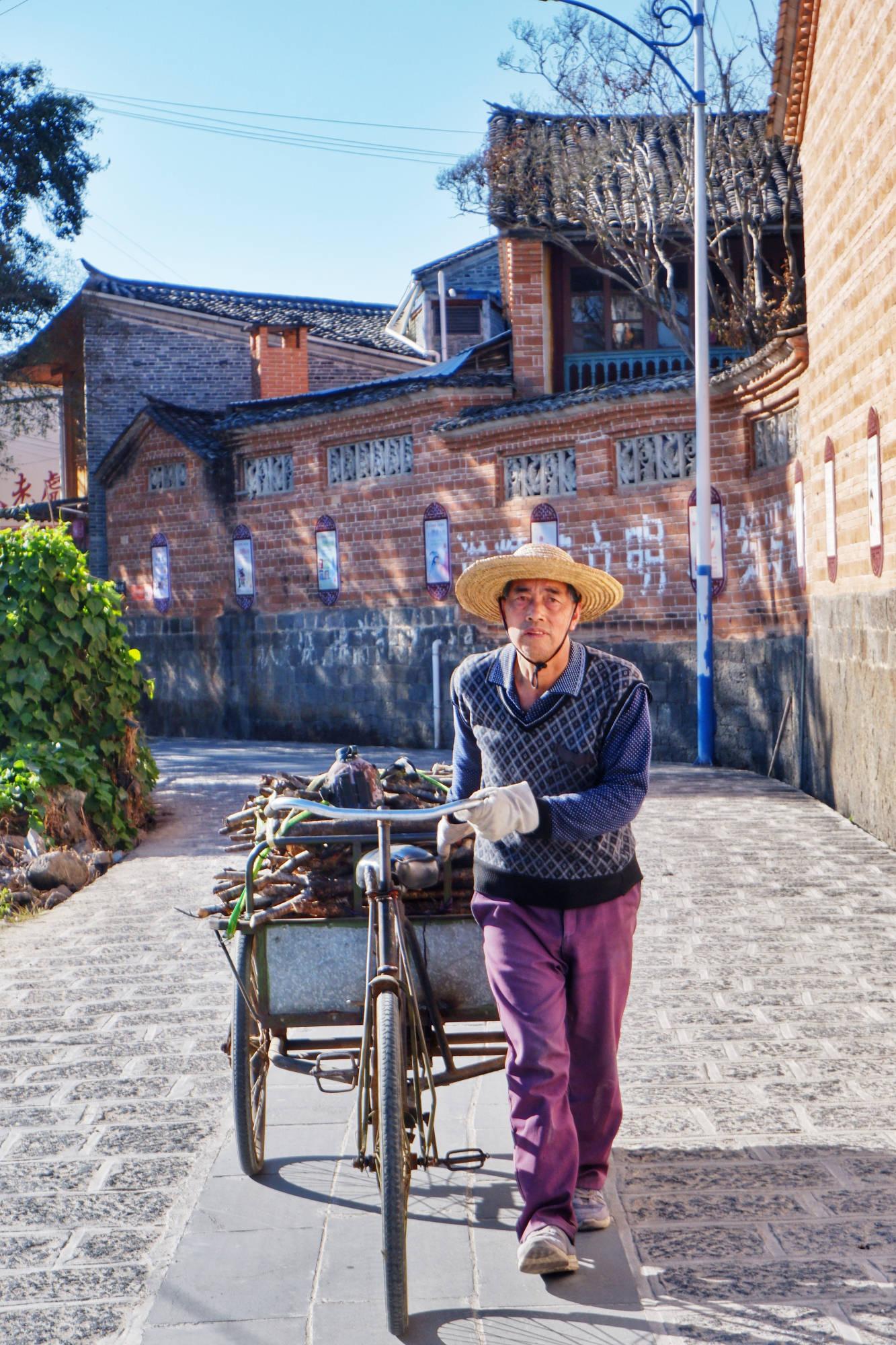 云南村子一块垫脚石,竟然是上等翠玉,做400对玉镯发家致富