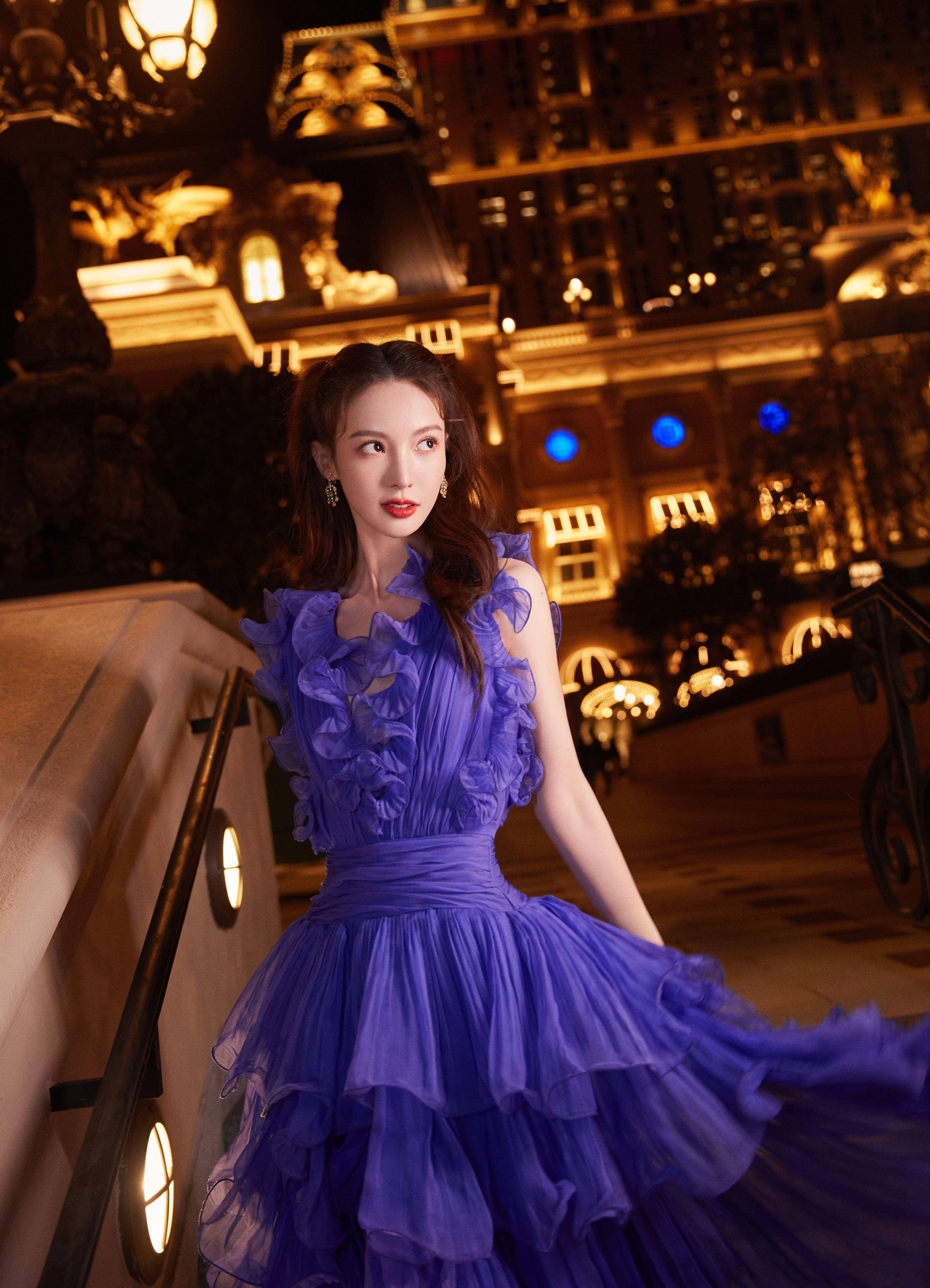 """金晨跨年造型""""紫气东来"""",繁花长裙金光璀璨,回眸一笑明艳动人"""