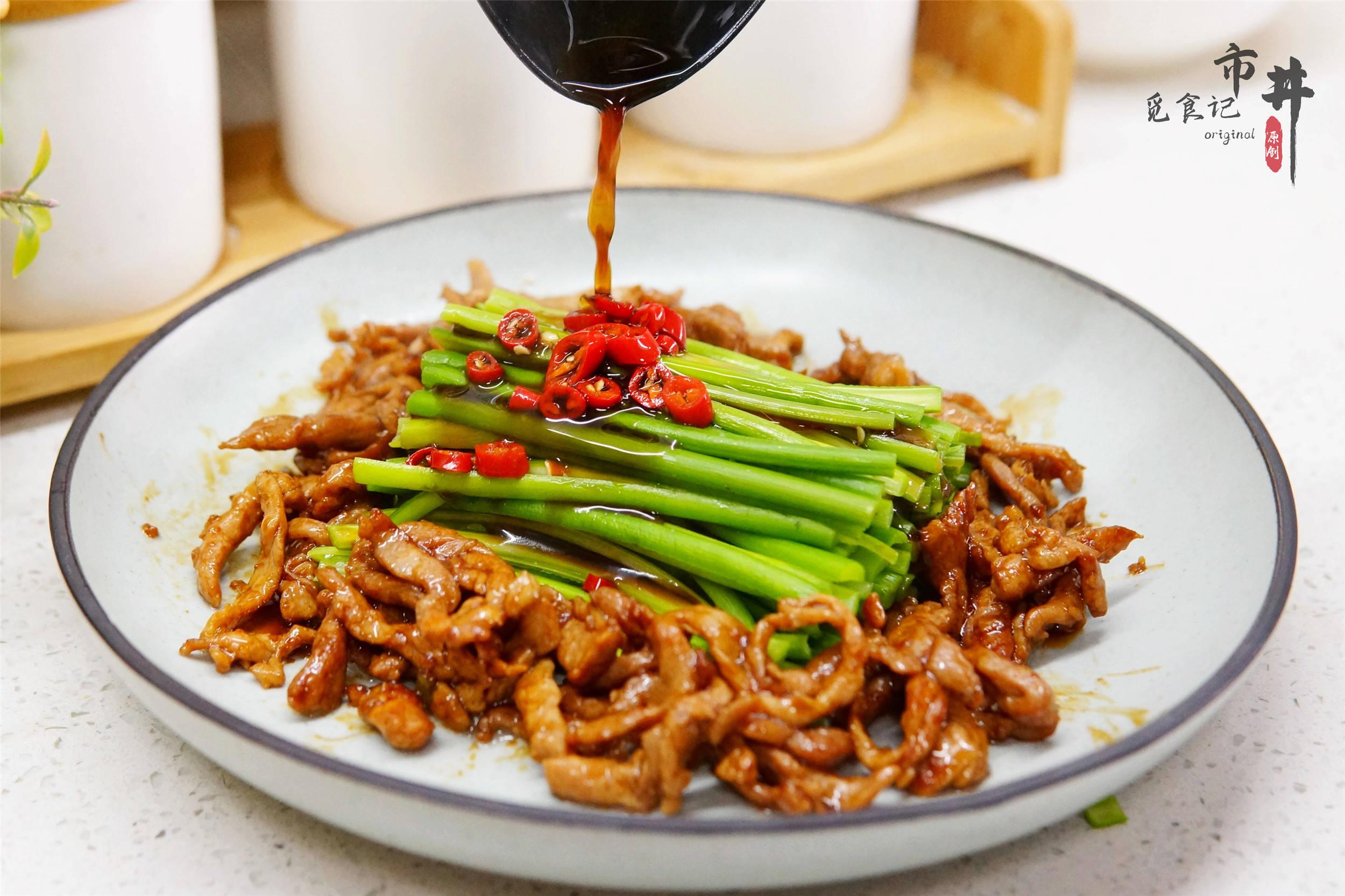 这凉拌菜,比吃拍黄瓜过瘾,撕成条就上桌,清爽可口,家宴受欢迎