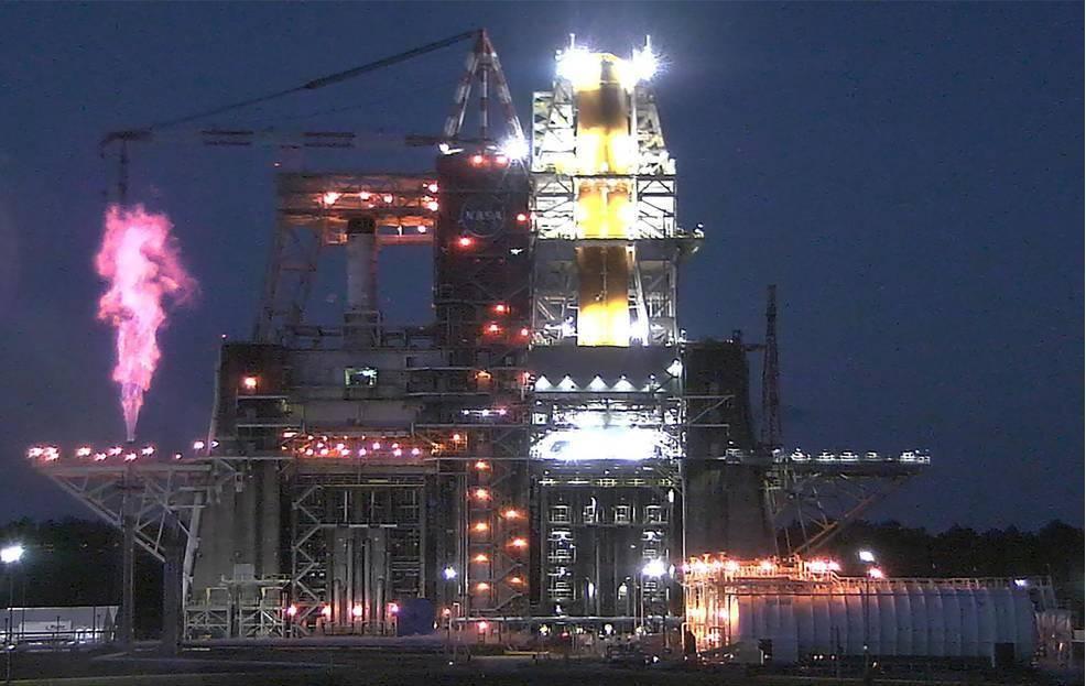 NASA电视台对阿尔Moon弥斯月球飞行任务的火箭核心级进行空中热火测试
