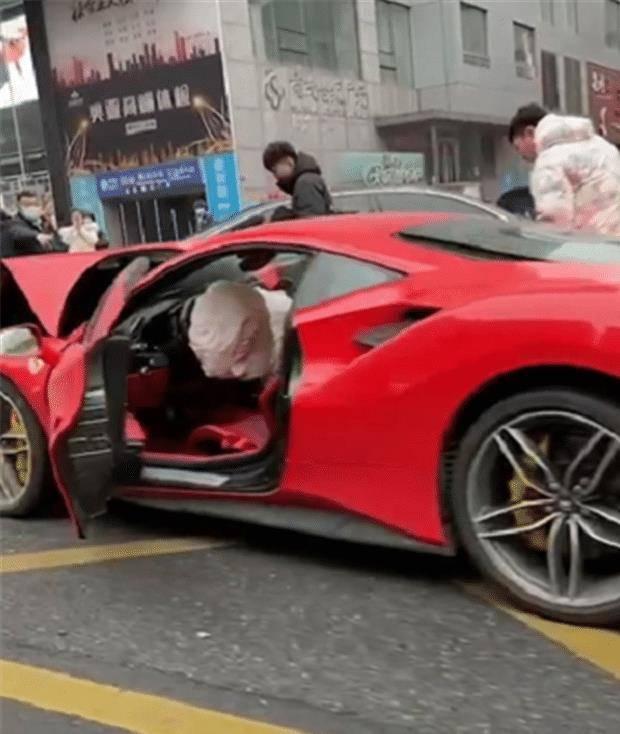 原厂法拉利488车头被撞,车损6位数。对方支付不起少于50万英镑的保险费