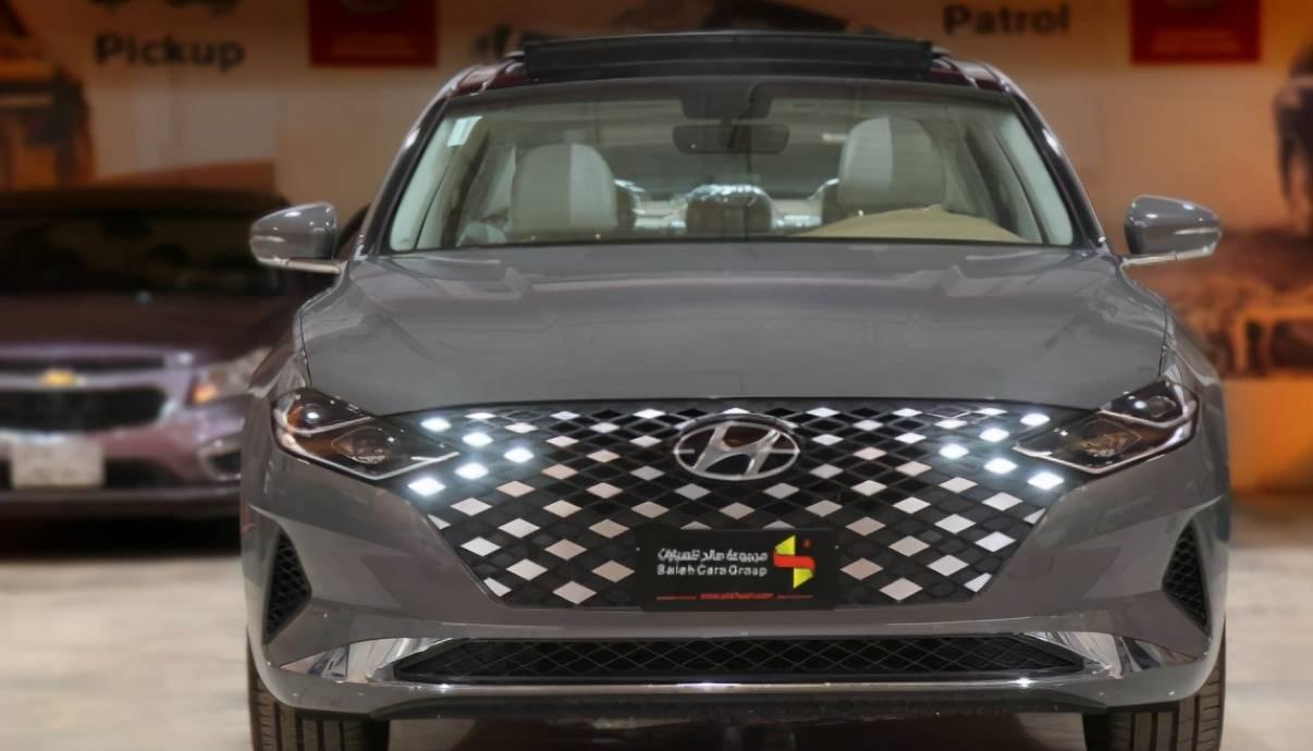 原来的气势不输给H9,现代新车4.99米长,还配有夜光网。亚洲龙有对手了