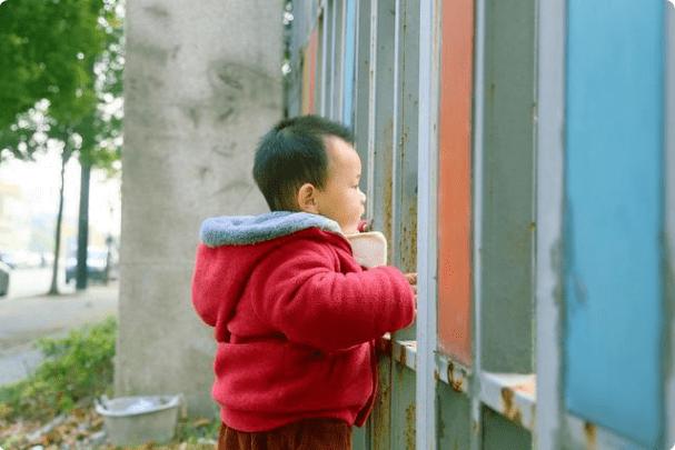 家长接孩子放学时的4种行为,容易让老师厌恶,父母要尽量避免