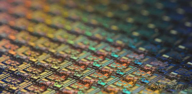 【消息称英特尔正与台积电接洽,准备将部分芯片制造业务外包】