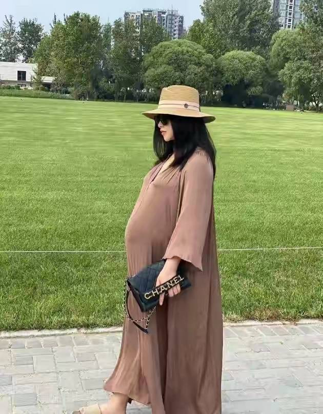 临盆在即!朱珠9月孕肚实在太大了,穿400元拖鞋脚肿变形塞不进去