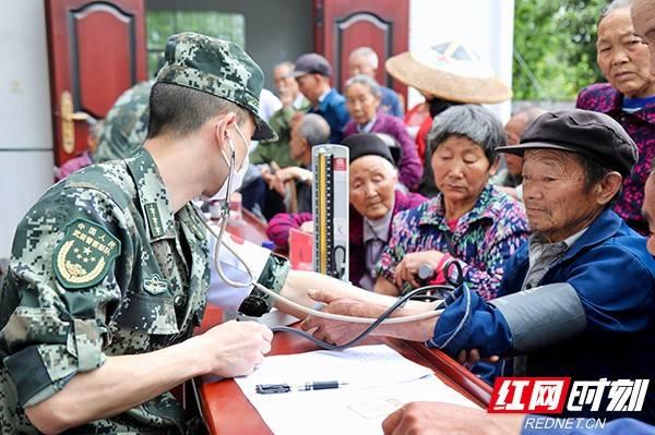 """武警湘西支队:军医进村健康""""扶贫"""""""