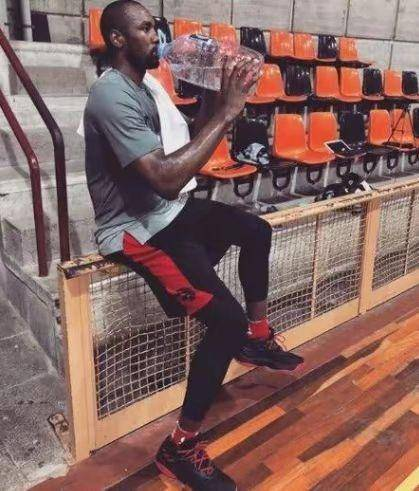 NBA巨人都怎么喝水?奥胖喝咖啡像吸果冻,杜兰特独创蒙面喝水法